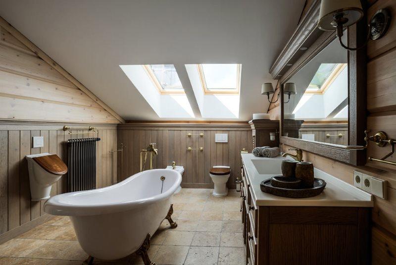 Дизайн ванной комнаты в мансарде деревянного дома