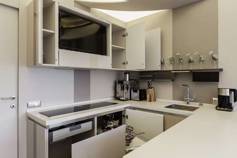 варианты размещения телевизора на кухне фото