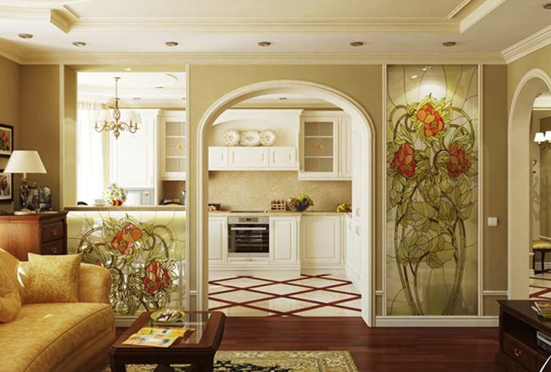 Красивые витражи в перегородке между кухней и гостиной