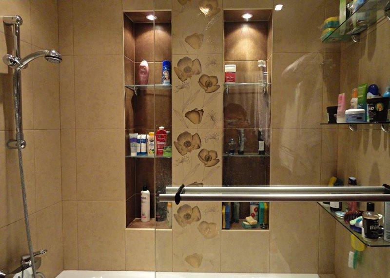 Встроенные стеклянные полочки в нише ванной комнаты