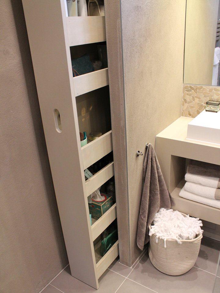 Выдвижные полки в интерьере ванной комнаты