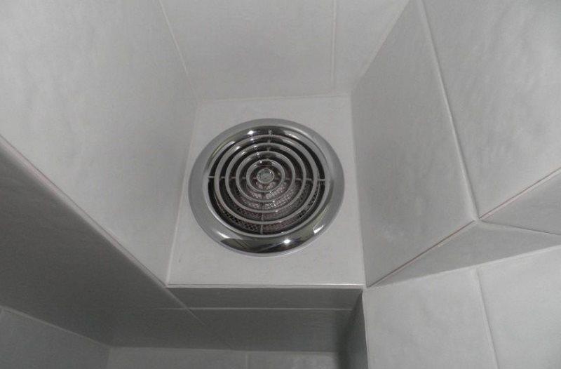 Вытяжной вентилятор в туалете деревянного дома