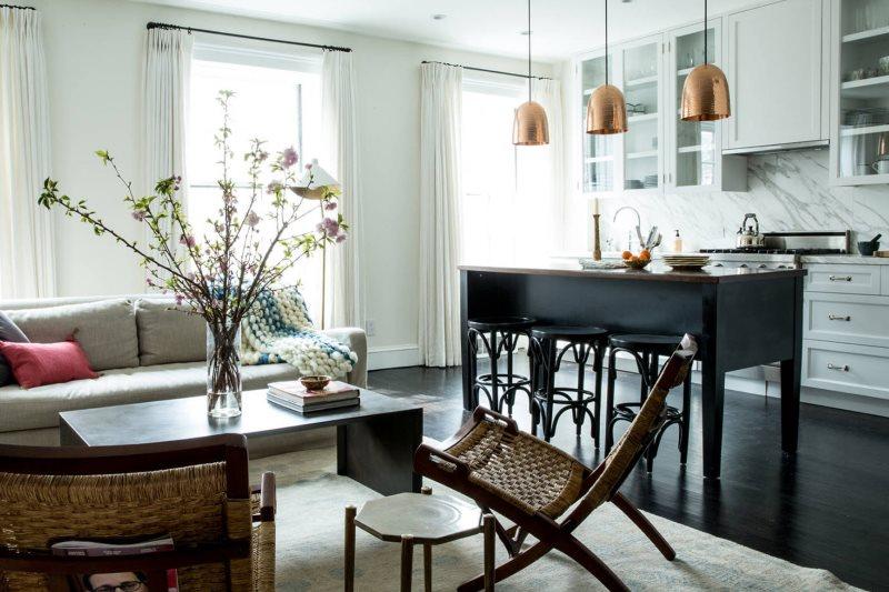 Яркое естественное освещение в кухне-гостиной современного стиля