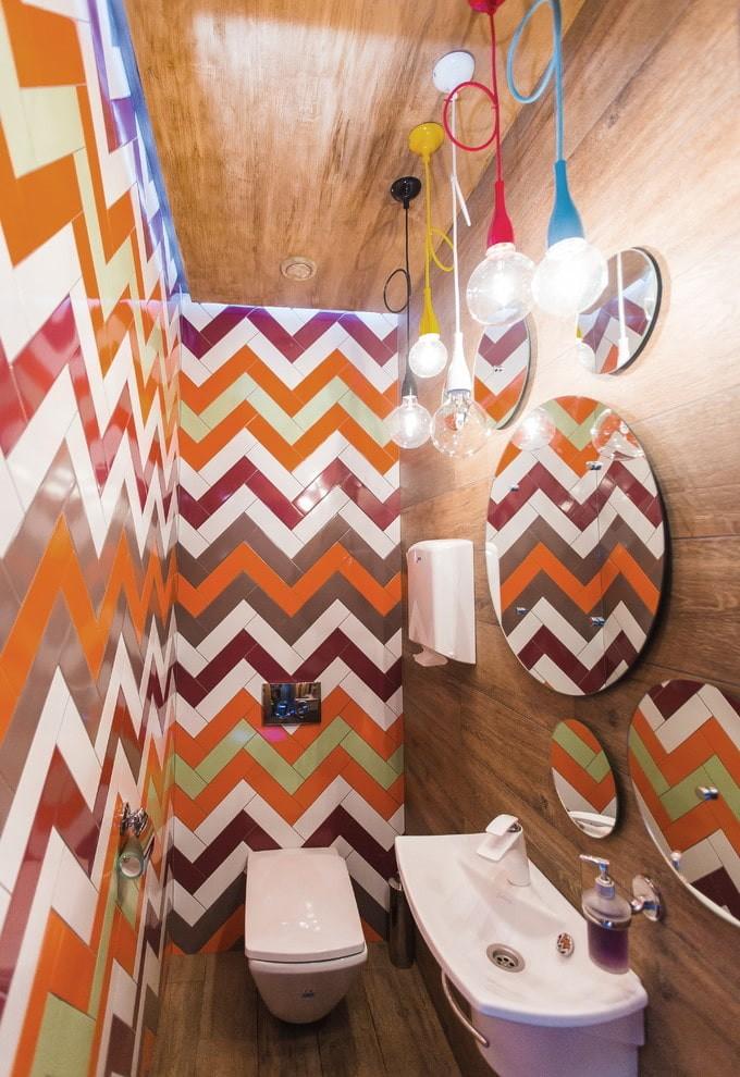 Яркий дизайн современного туалета