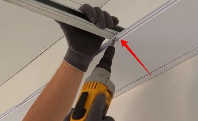 Монтаж пластиковых панелей на потолок ванной комнаты