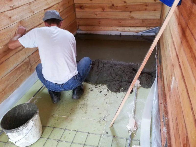 Устройство бетонной подушки на полу ванной в доме из дерева