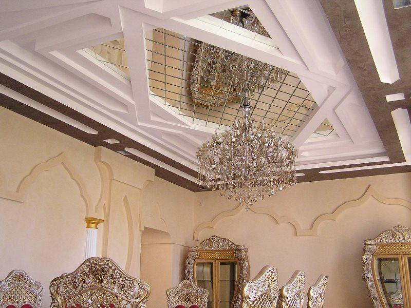 Стеклянная люстра на потолке с зеркалами