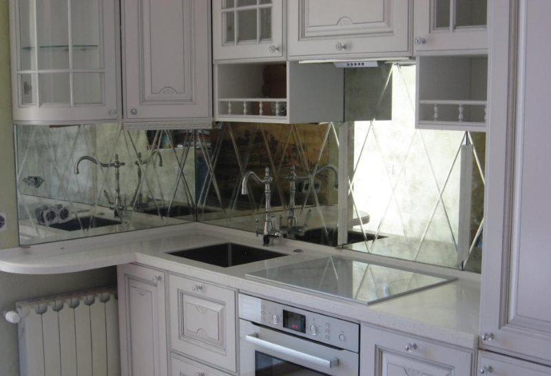 Зеркальная поверхность кухонного фартука