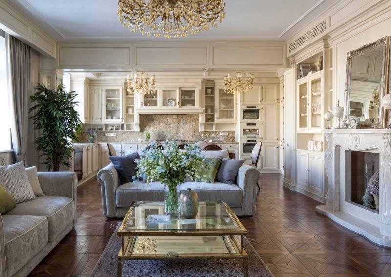 Два дивана в кухне-гостиной с камином