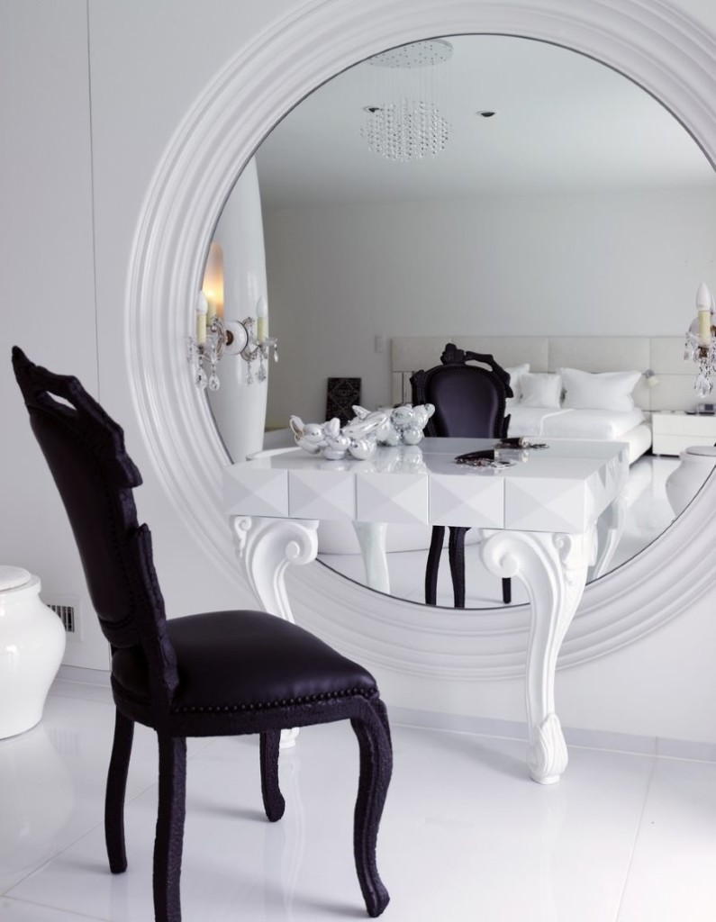 Туалетный столик перед большим настенным зеркалом