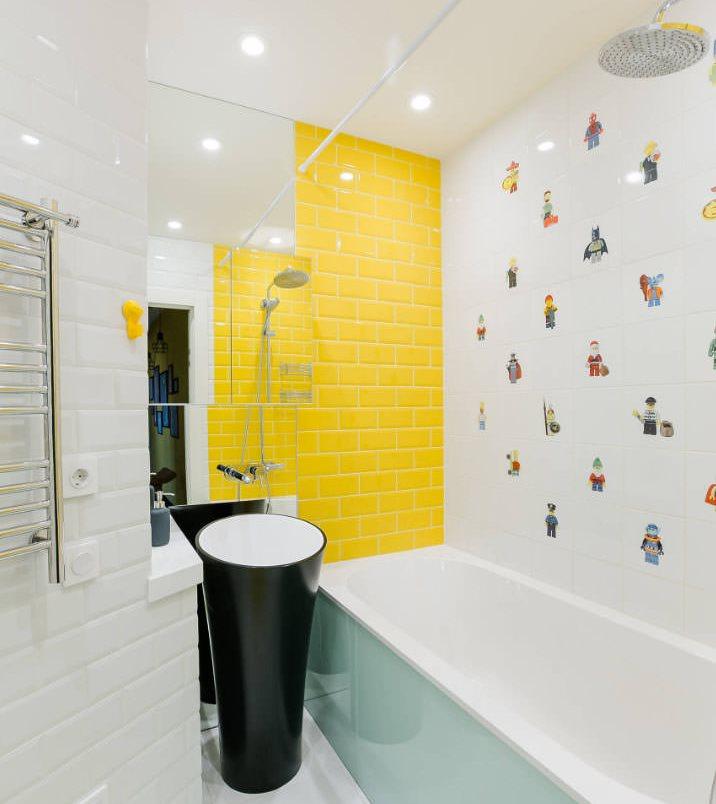 Желтая стена в интерьере белой ванной комнаты