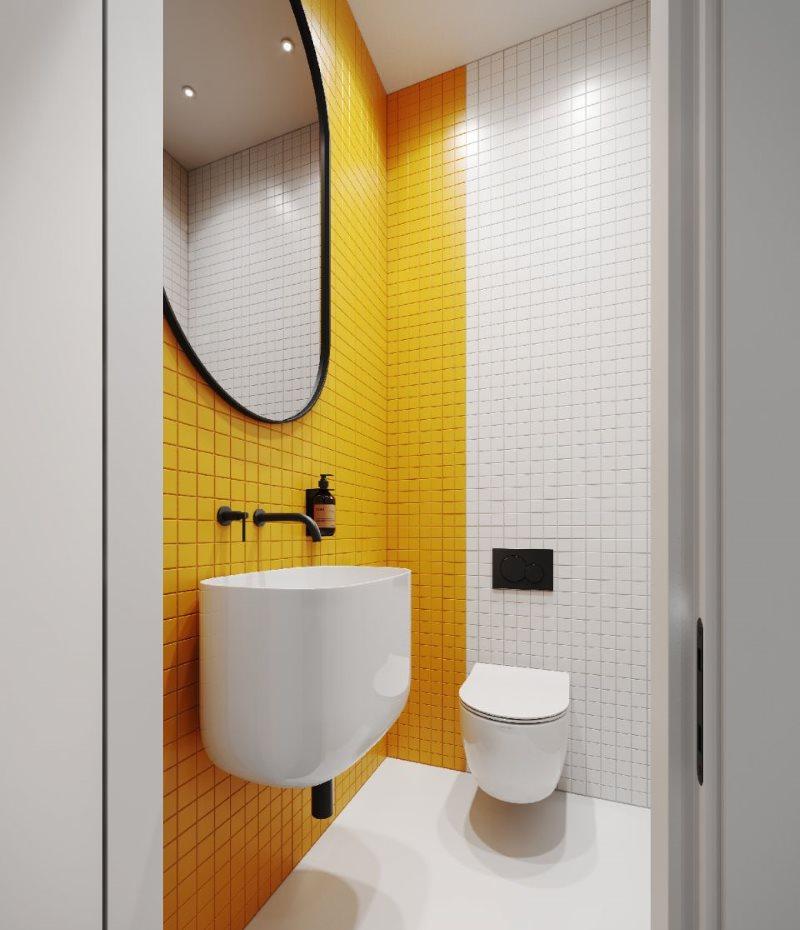 Интерьер туалета в желто-белом цвете