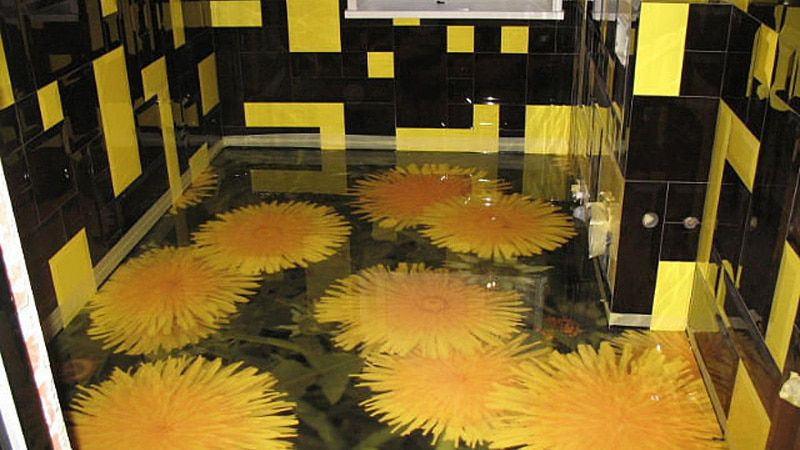 Желтые цветы на эпоксидном полу в ванной комнате