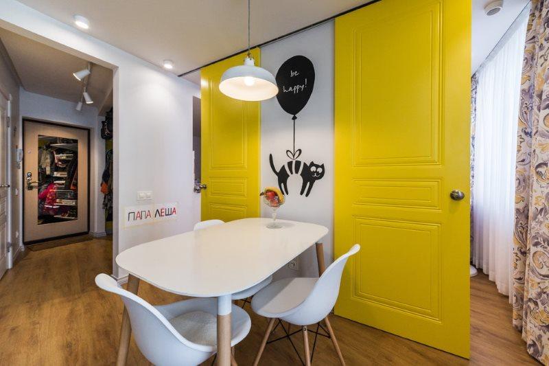 Желтые раздвижные двери в кухне с белыми стенами