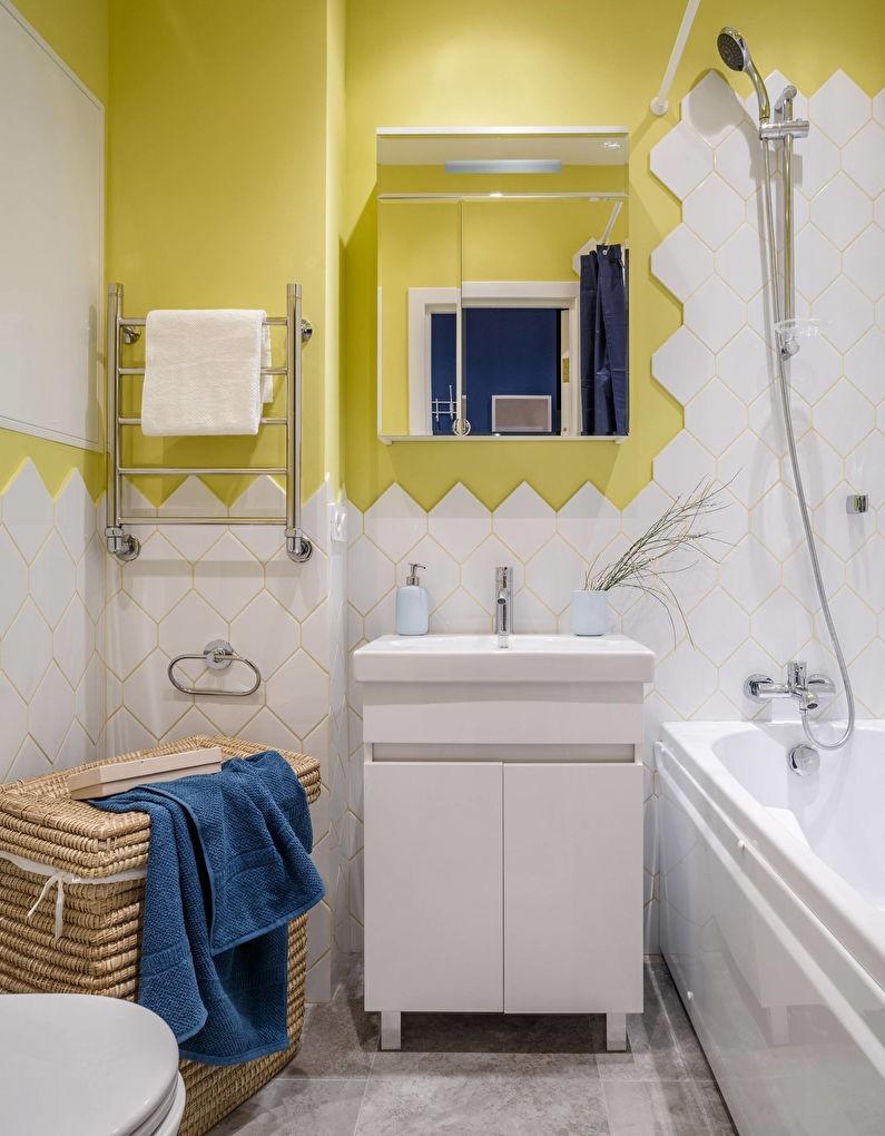Желтые стены в ванной комнате с белым кафелем