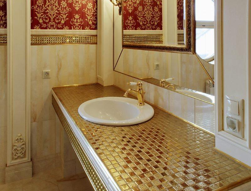 Мозаика с золотистой поверхностью на столешнице в ванной