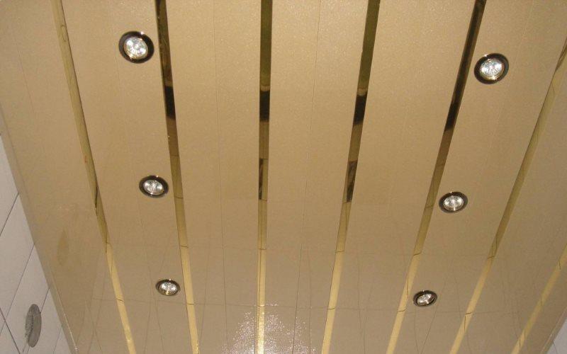 Рейки ПВХ на потолке санузла в городской квартире