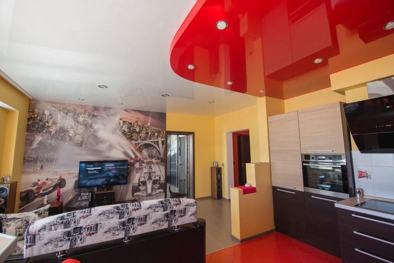 Красно-белый потолок в кухне-гостиной