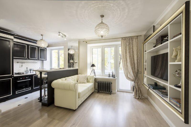 Барная стойка и диван посередине кухни-гостиной
