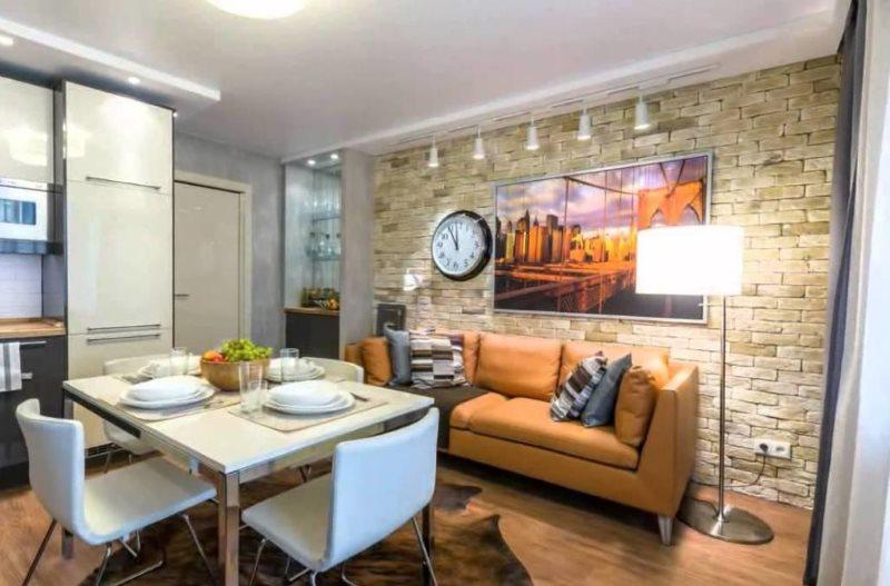 Кожаный диван вдоль стены кухни-гостиной