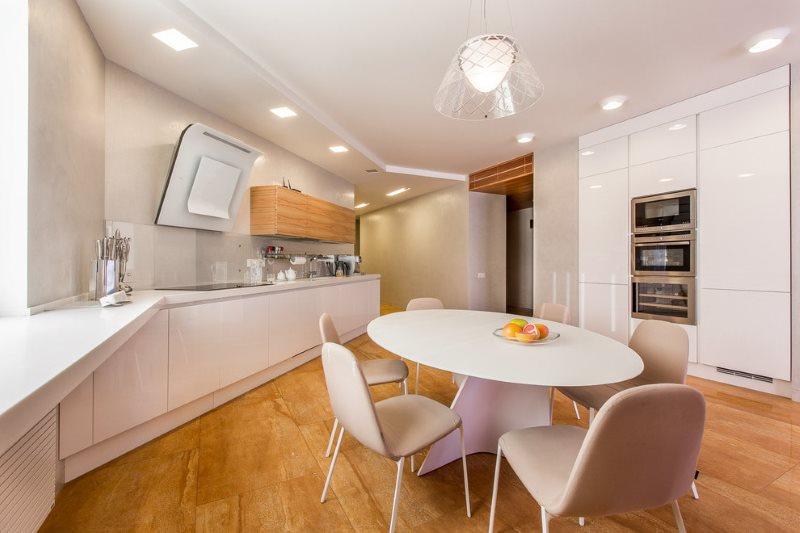 Зонирование белой кухни освещением