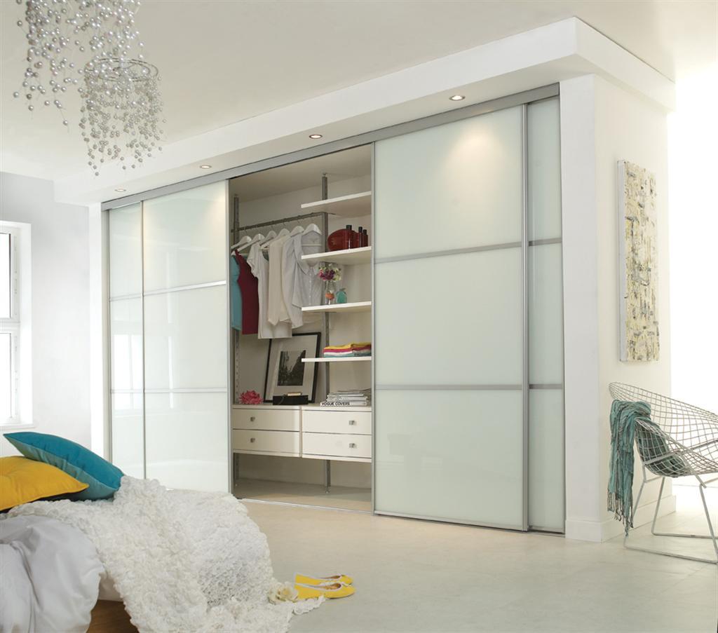 белый встроенный шкаф купе в спальне