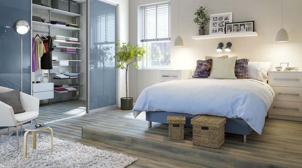 встроенный шкаф купе в спальне с прозрачными дверцами