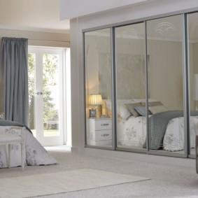 встроенный шкаф купе в спальне с зеркалами