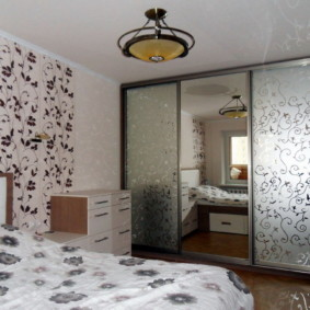 встроенный шкаф купе в спальне с рисунком