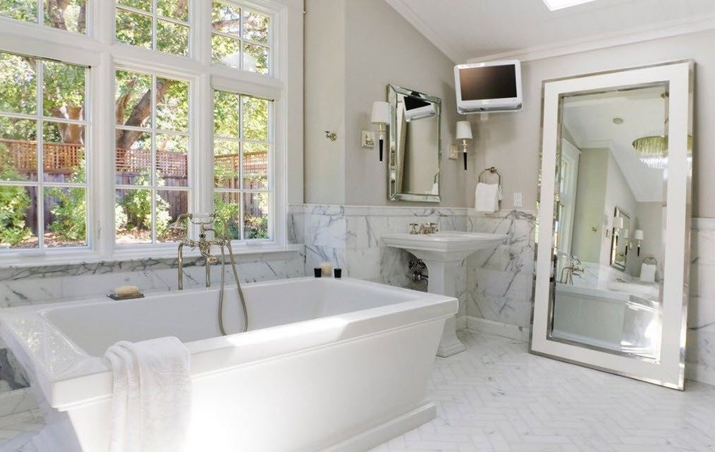 напольное зеркало в ванной