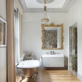 зеркало в ванную в фигурной раме