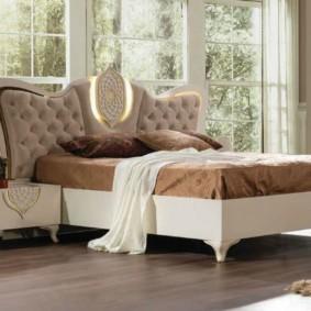аристократичная спальня с кроватью у окна