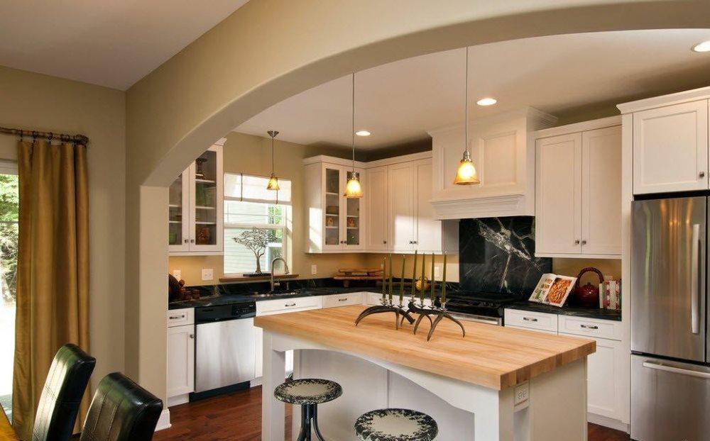 Кухонный остров под аркой в перегородке