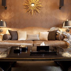 декоративные подушки на кожаном диване
