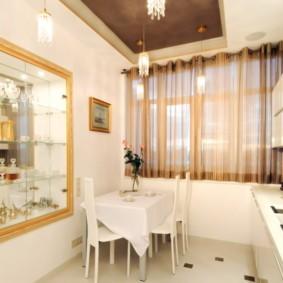 Большое зеркало в интерьере кухни