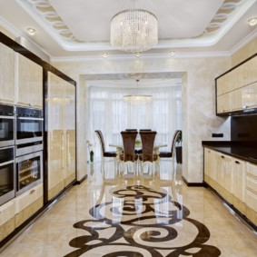 Двухрядная кухня с керамическим полом