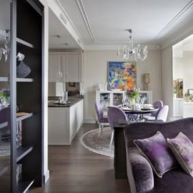 Диван в гостиной с фиолетовой обивкой