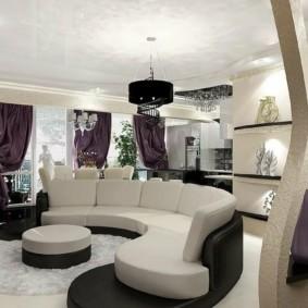 Дугообразный диван в гостиной квартиры