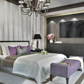 Дизайн просторной спальни с телевизором