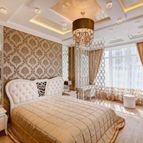 Многоуровневый потолок в интерьере красивой спальни