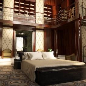 Спальня с лестницей в загородном доме