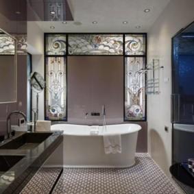 Дизайн ванной комнаты с витражными окнами