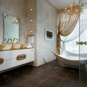 Просторная ванная с керамическим полом