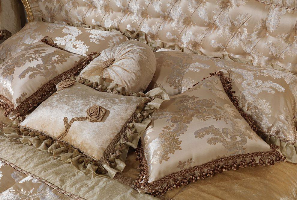 Атласные подушки на кровати спальни в стиле барокко