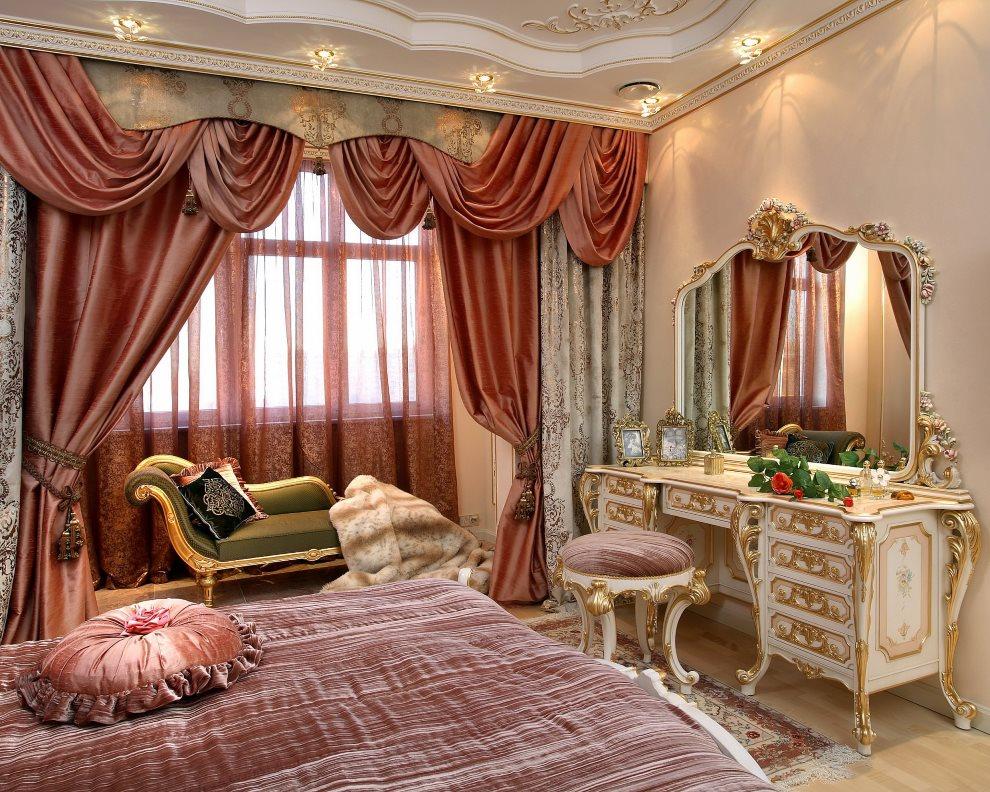 Атласные шторы с ламбрекеном на окне спальни