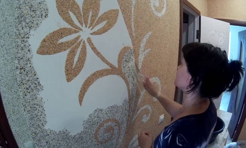 Цветок на стене кухни из жидких обоев своими руками