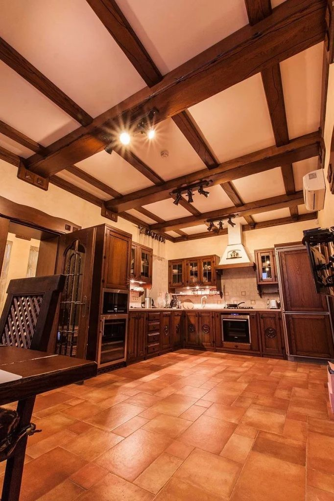 Отделка потолка на кухне под старину
