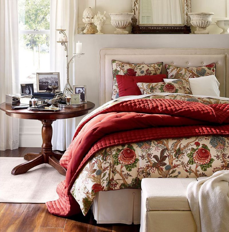 Деревянная кровать с бардовым покрывалом