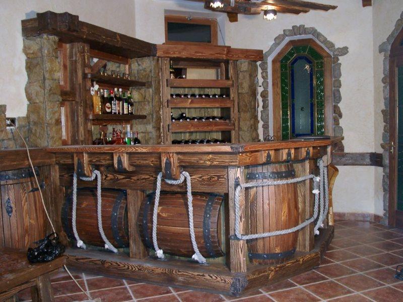 Деревянная барная стойка под старину с бочками