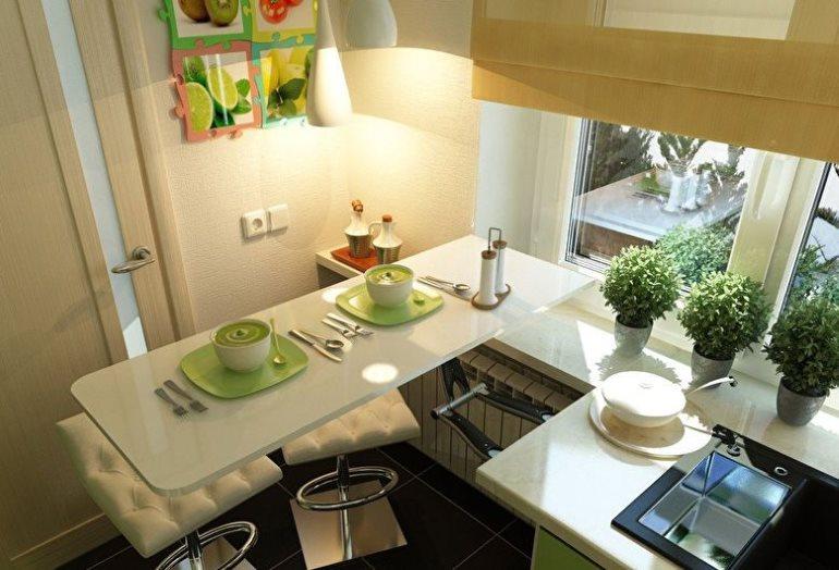 Складной стол в очень маленькой кухне городской квартиры